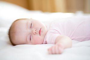 ماساژ چشم نوزاد برای باز شدن انسداد مجرای اشک